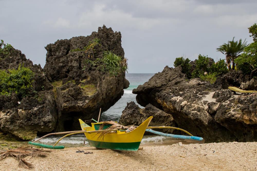 Barca en la isla de Carabao