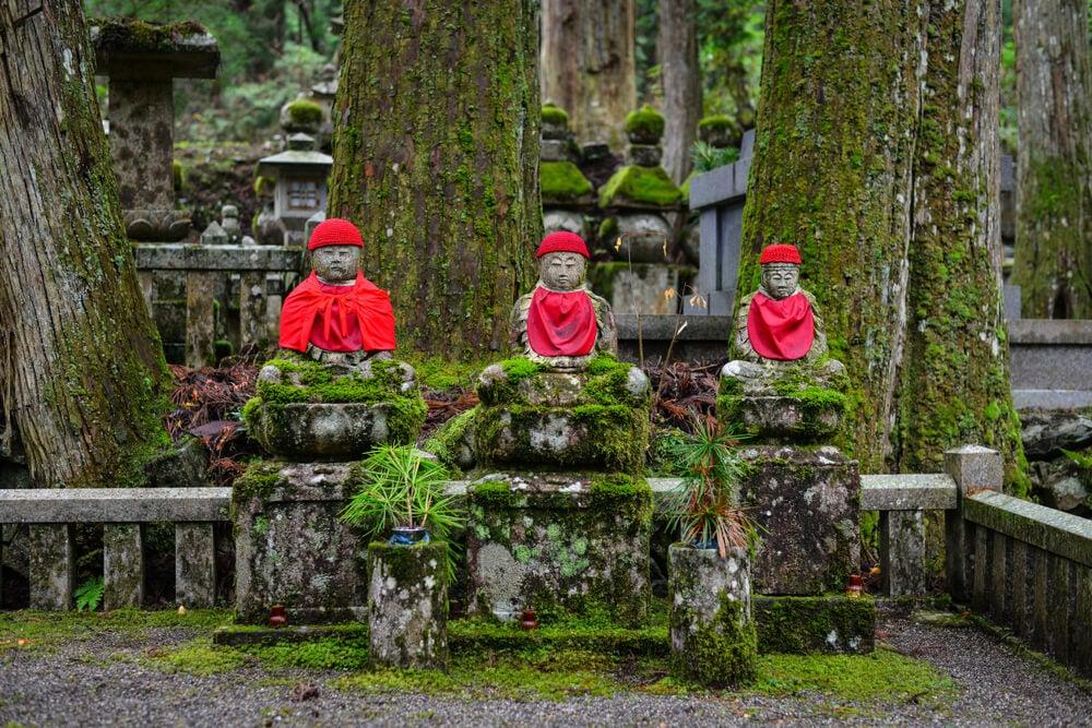 Budas en el cementerio de Okunoin