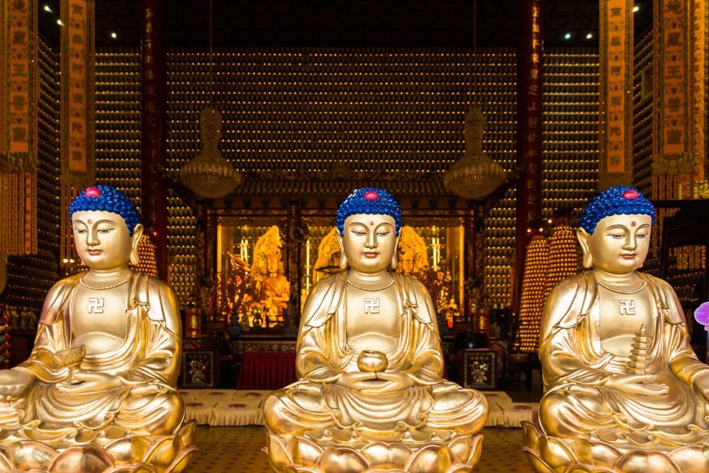 Budas sentados en el monasterio de los Diez Mil Budas