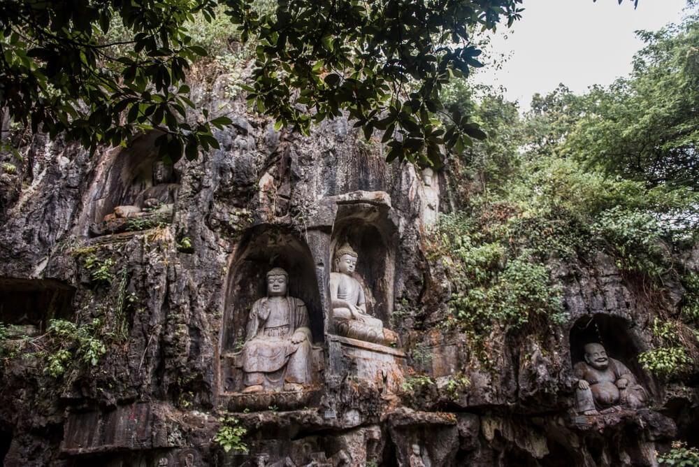 El templo de Lingyin y sus budas tallados en la piedra