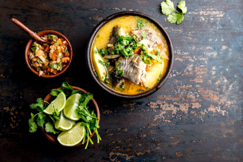 Plato de caldillo de congrio, típico de la gastronomía chilena