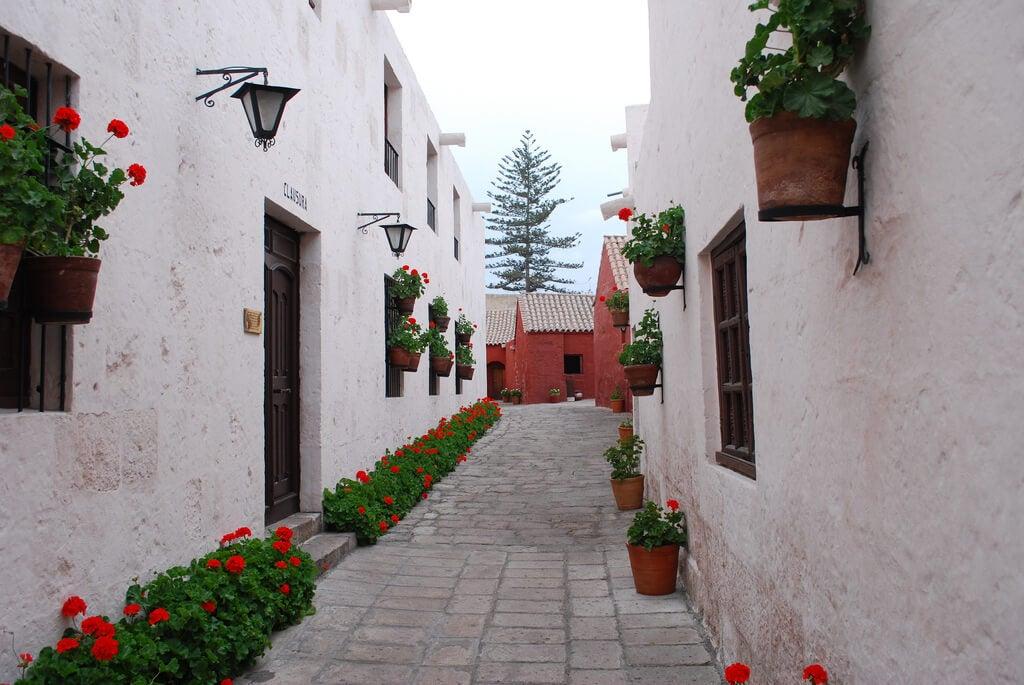 Calle del monasterio con paredes blancas