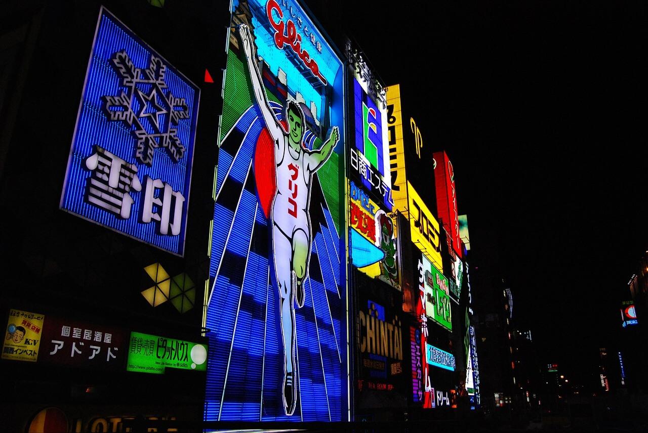 Cartel de Glico Man en le barrio de Dotonbori en Osaka