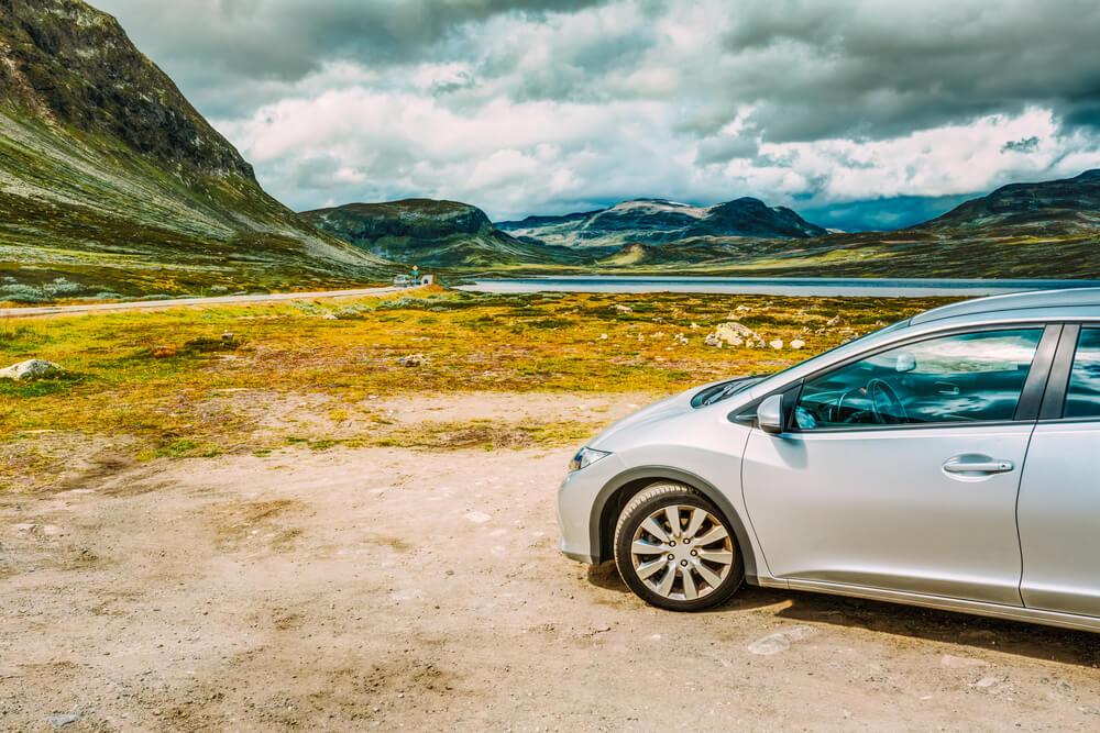 Parada en una ruta en coche por Noruega.