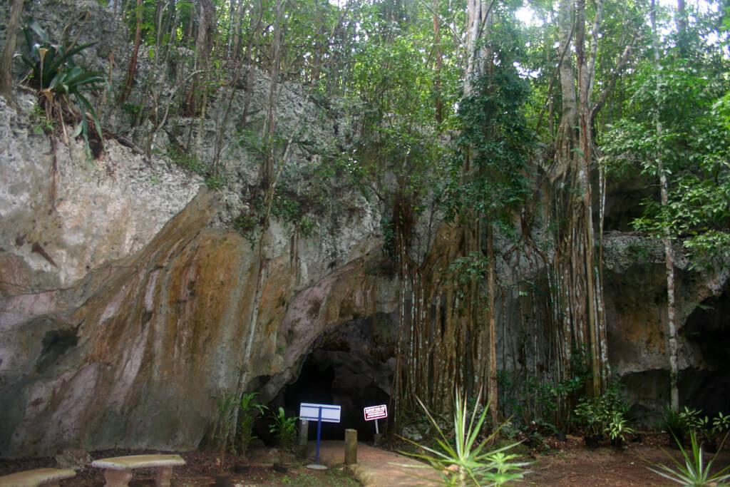entrada a las cuevas de la Gruta Verde