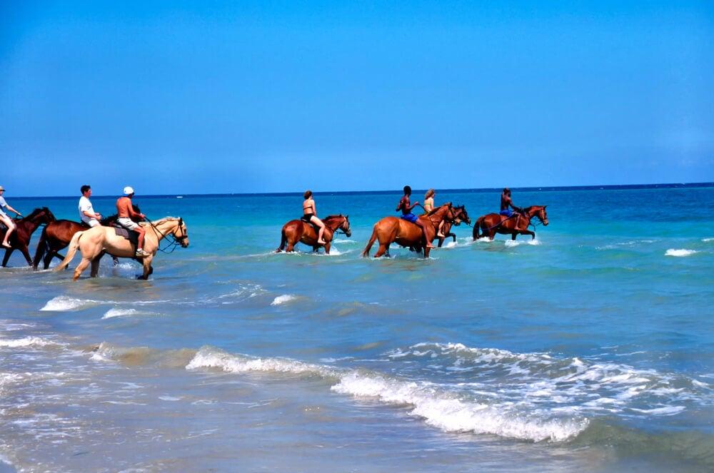 Nadar con caballos, una de las mejores experiencias en Jamaica