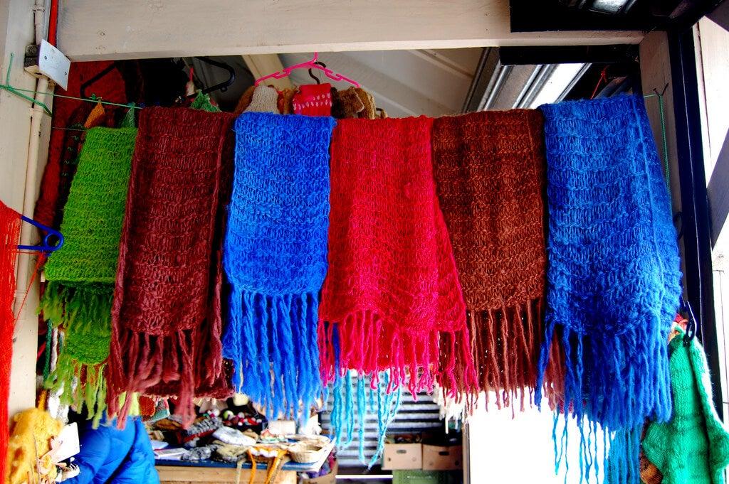 Puesto de lanas en la feria de Dalcahue