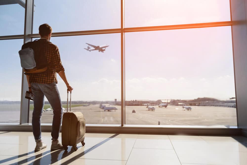 Hombre en el aeropuerto antes de viajar en avión