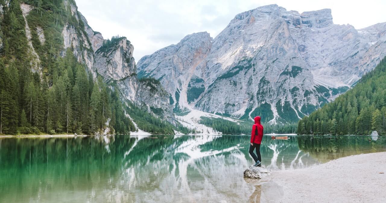 Hombre mirando un paisaje de montaña