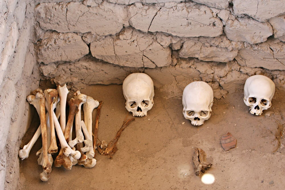 Restos óseos en el cementerio de Chauchilla