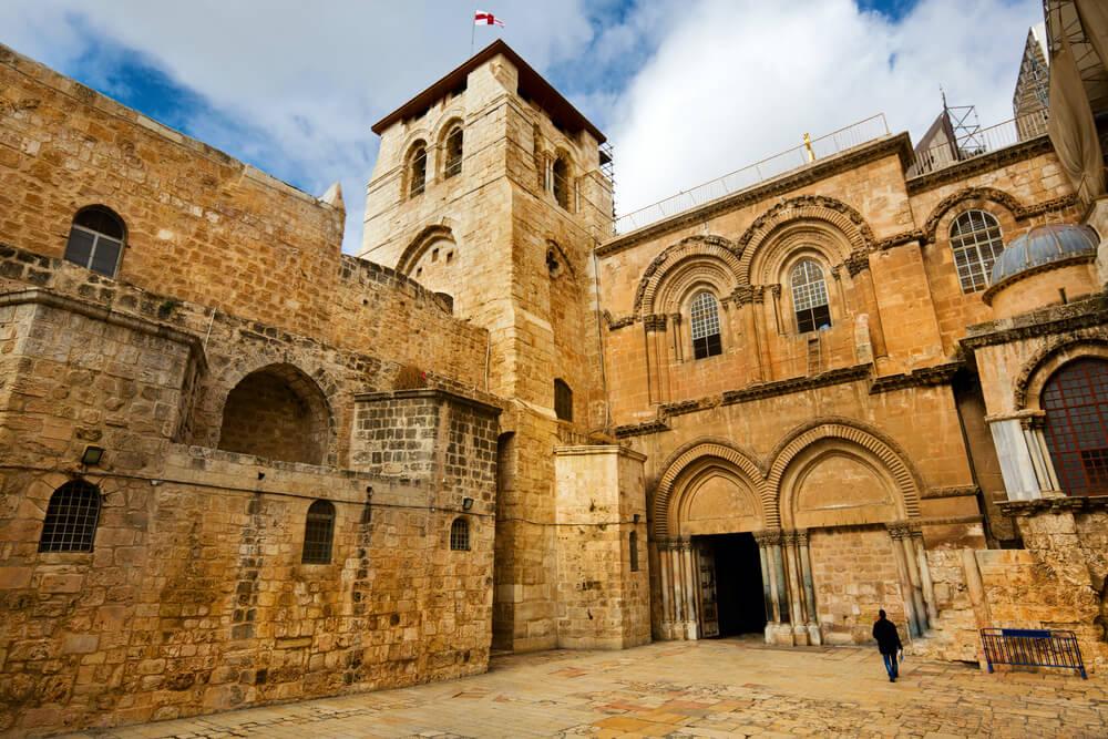 Exterior de la iglesia del Santo Sepulcro, final de viajes espirituales