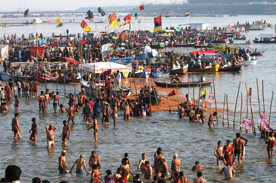 Peregrinos del Maha Kumbh Mela bañándose
