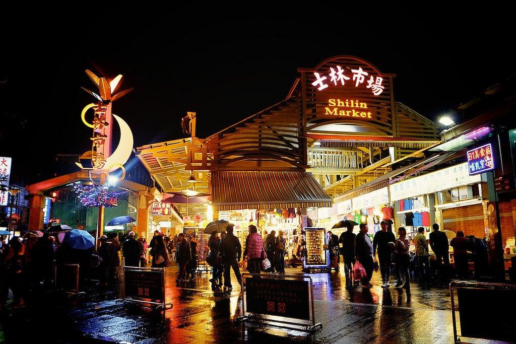 Entrada al mercado Shilin de Taipéi en Taiwán