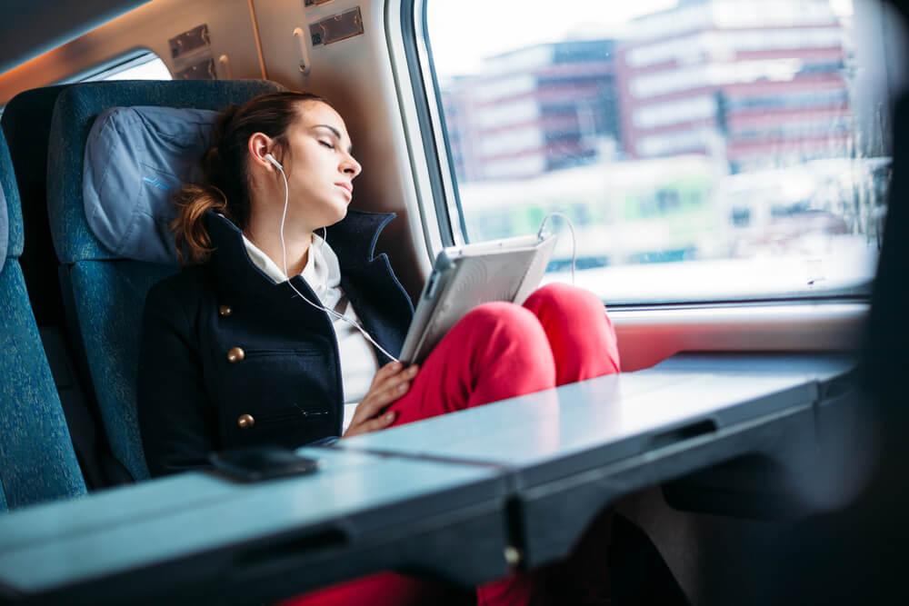 Mujer durmiendo en el tren