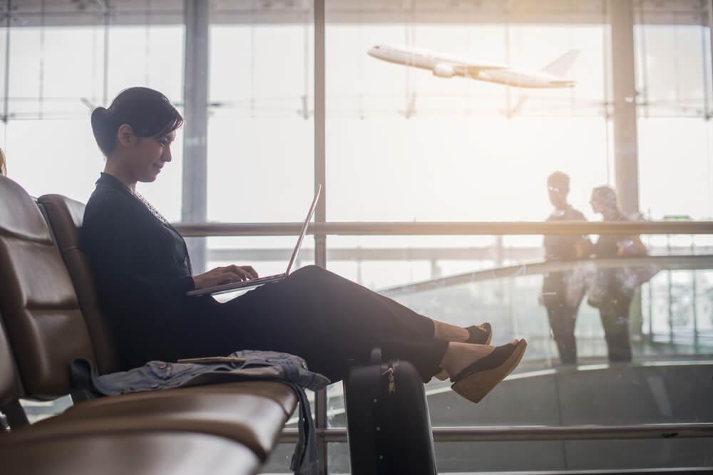 Mujer trabajando en el aeropuerto en una escala larga