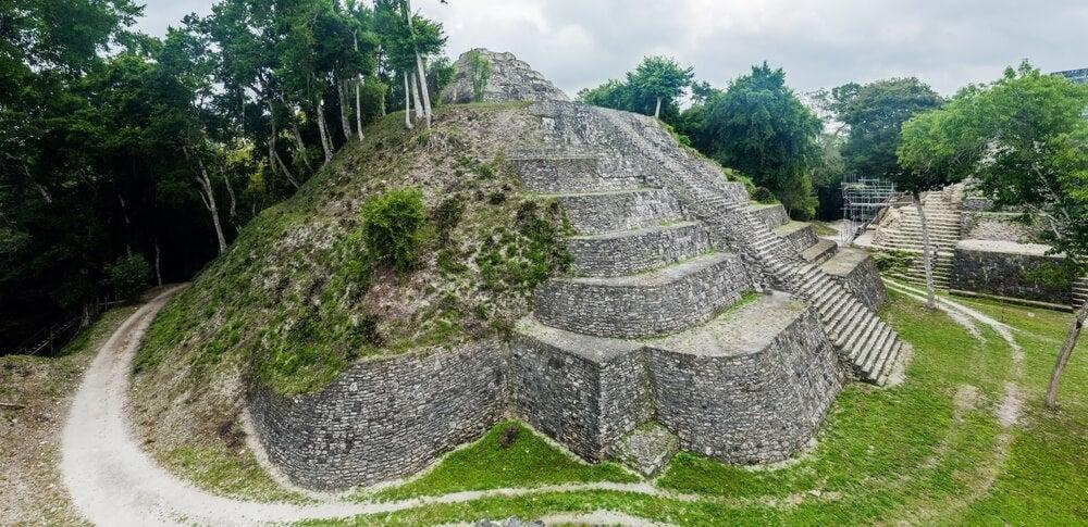 Pirámide en Yaxhá