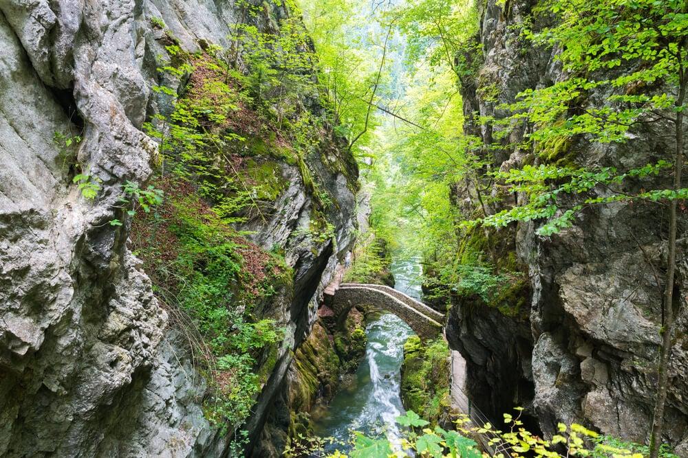 Puente sobre el río Areuse