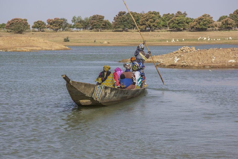 Un paseo en canoa por el río Bani en Malí