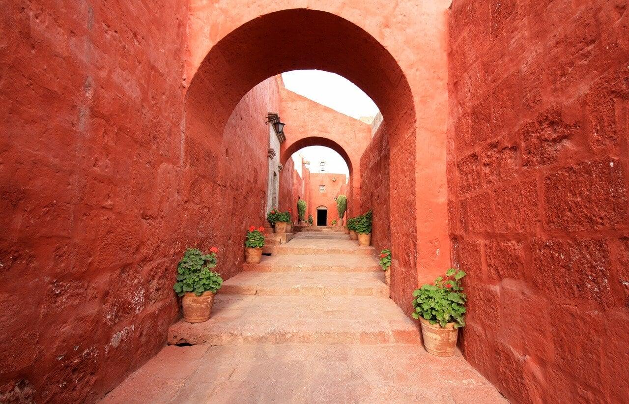 Calle del monasterio con paredes rojas
