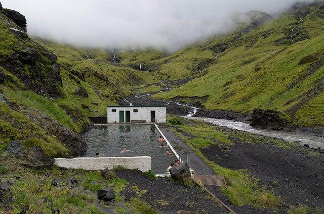 Piscina de Seljavallalaug, para bañarse en aguas termales en Islandia
