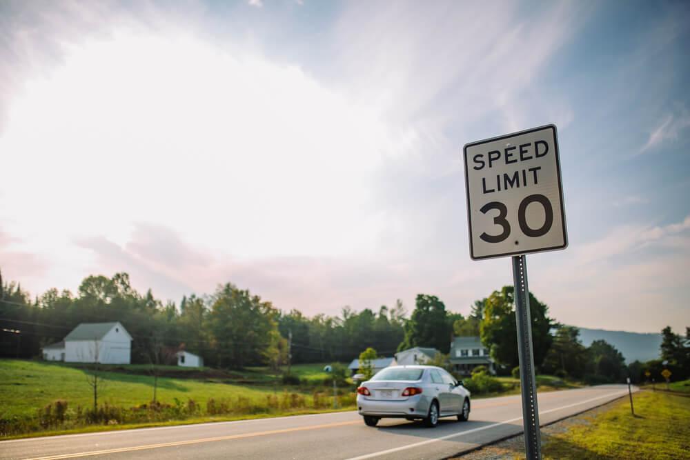 Señal de tráfico de límite de velocidad