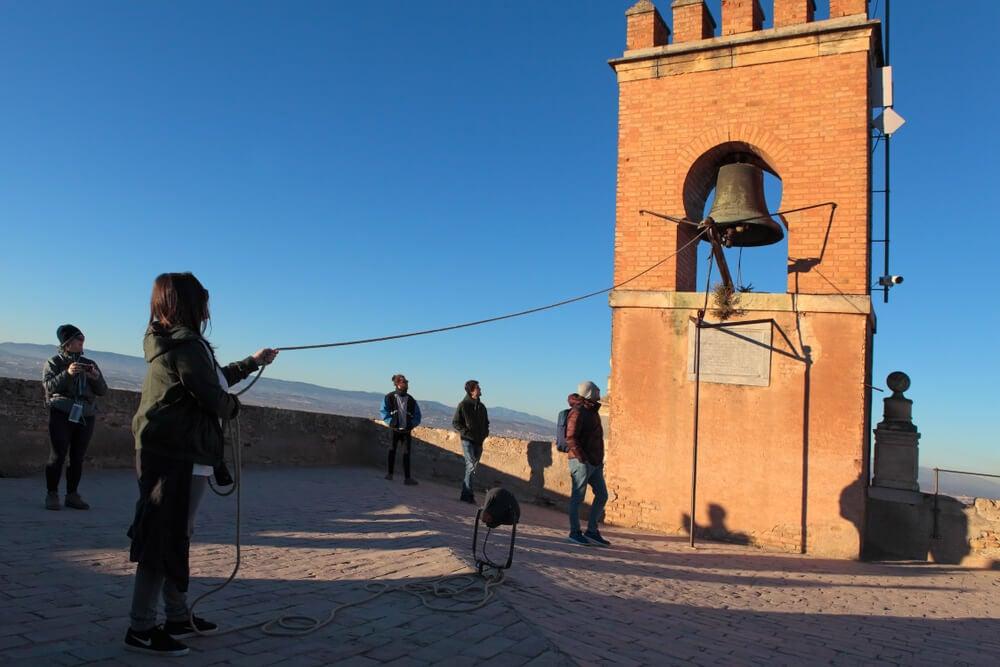 Joven tocando la Torre de la Vela