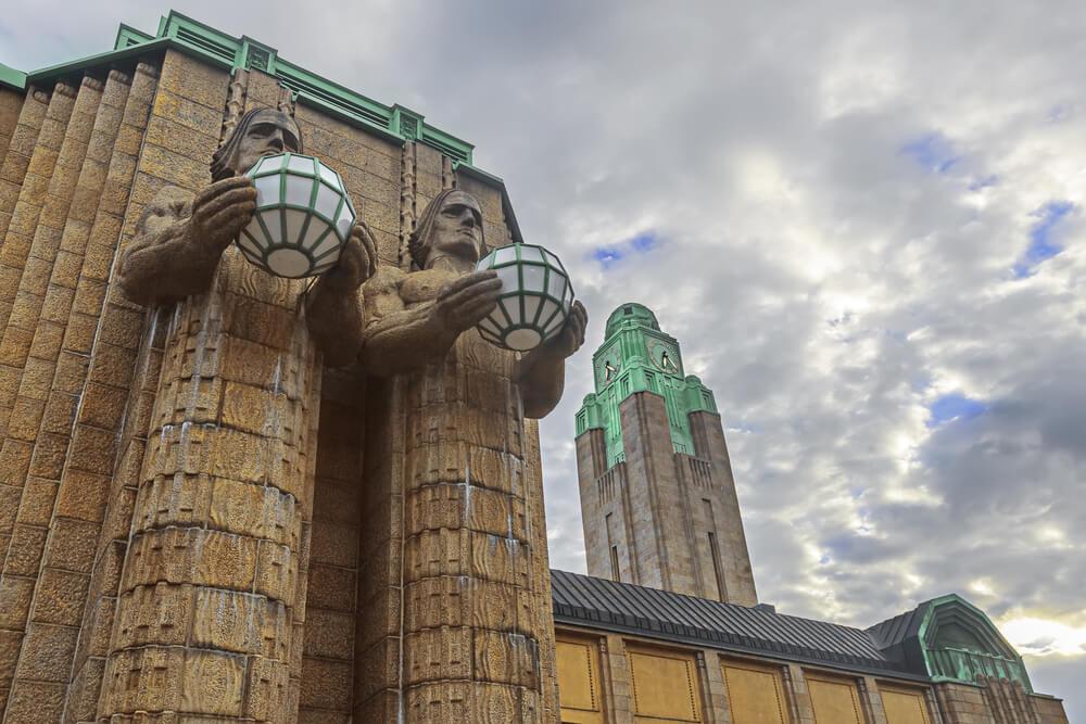 Torre y estatuas de la entrada de la Estación Central de Helsinki