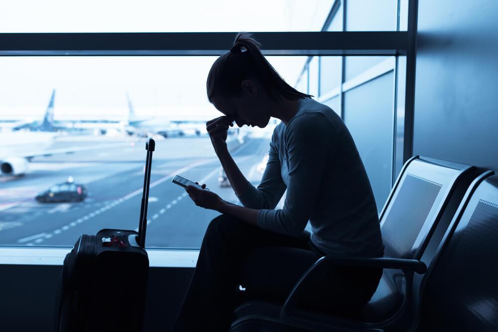 Viajera triste en una aeropuerto