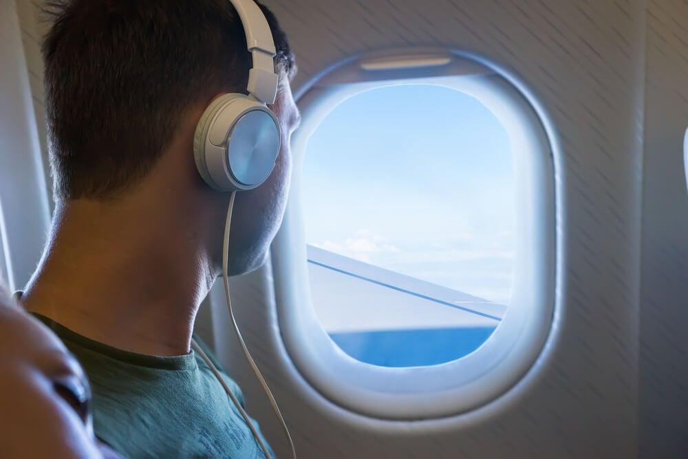 Viajero escuchando música para evitar marearse