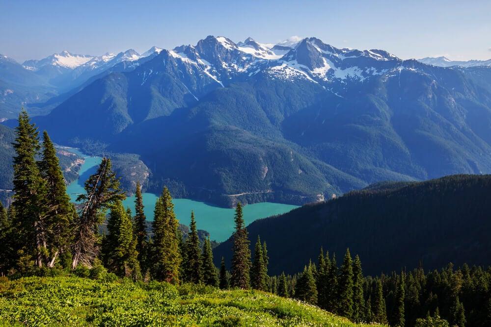 Vista del lago Diablo entre montañas
