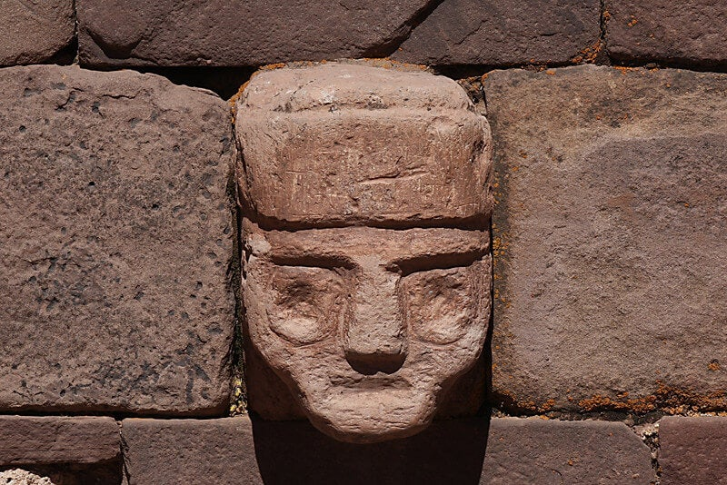 Cabeza de piedra en uno de los templos