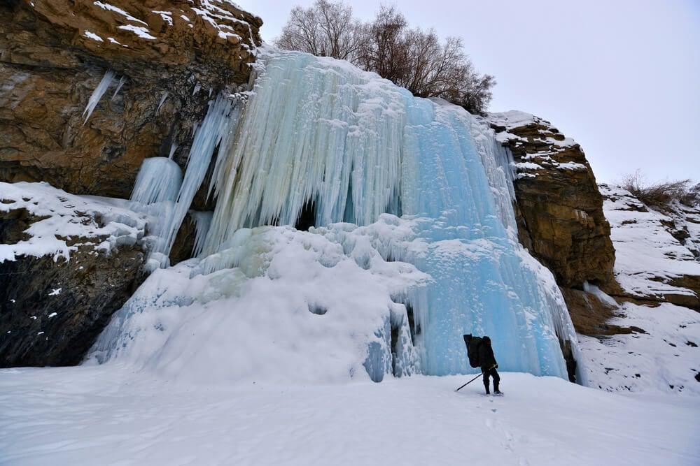 Cascada helada en el Chadar Trek