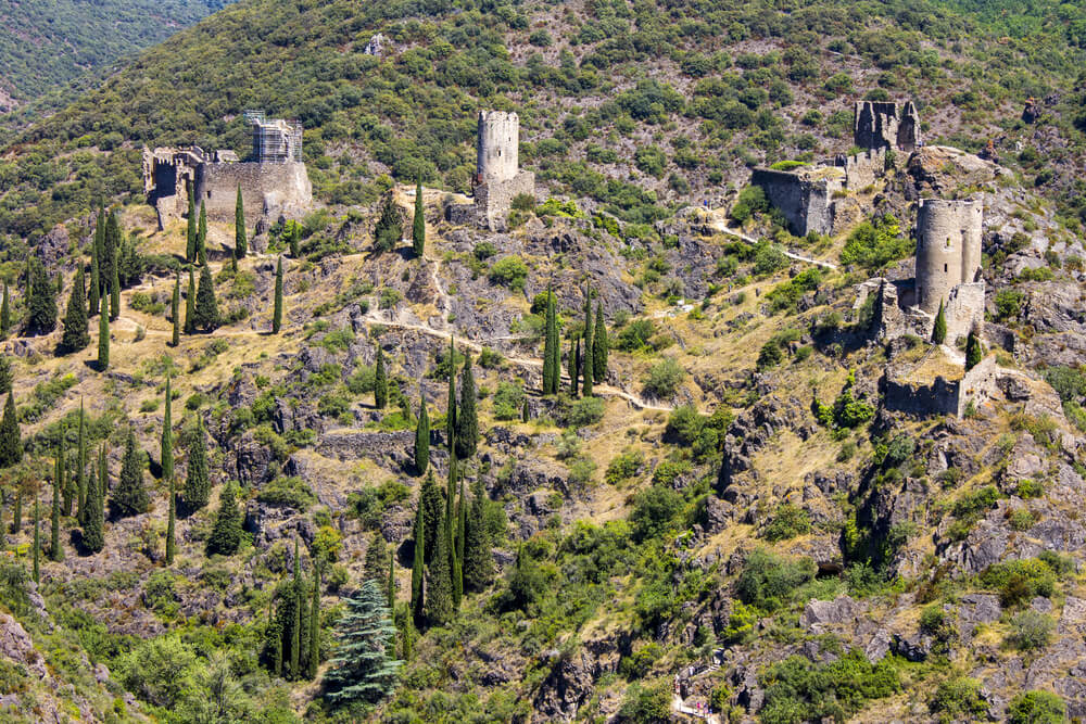 Vista de los castillos de Lastours en la ruta de los cátaros