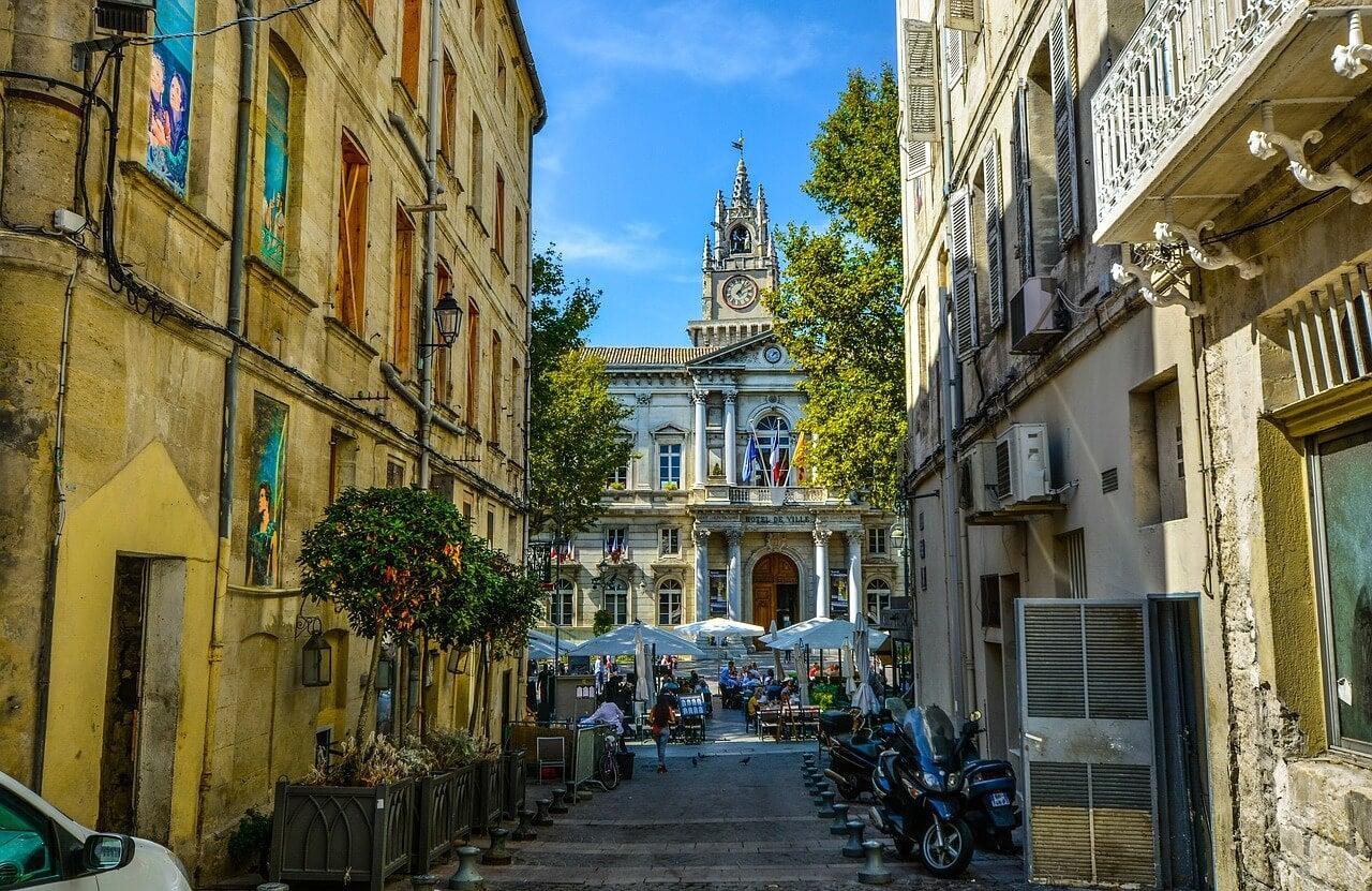 Calle del centro, lugar de turismo en Avignon