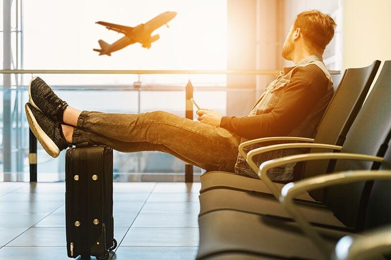 Chico en un aeropuerto con un móvil