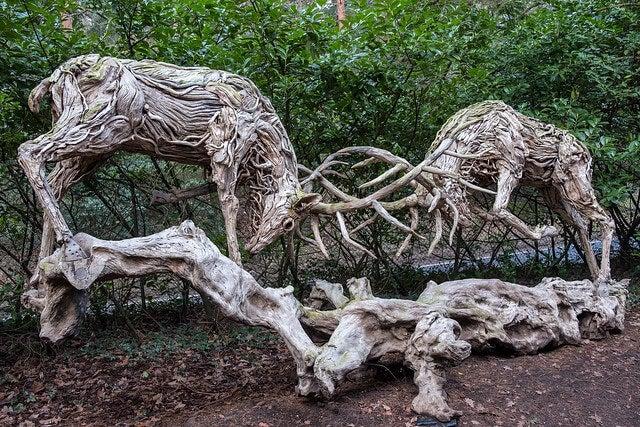 Escultura de unos ciervos luchando