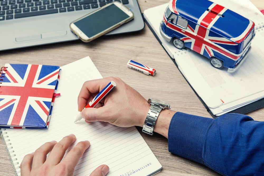 Estudiante haciendo un curso de inglés gratis