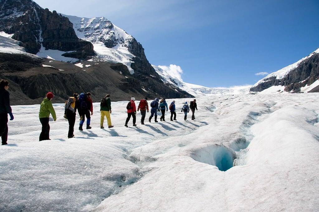 Excursionistas en el glaciar