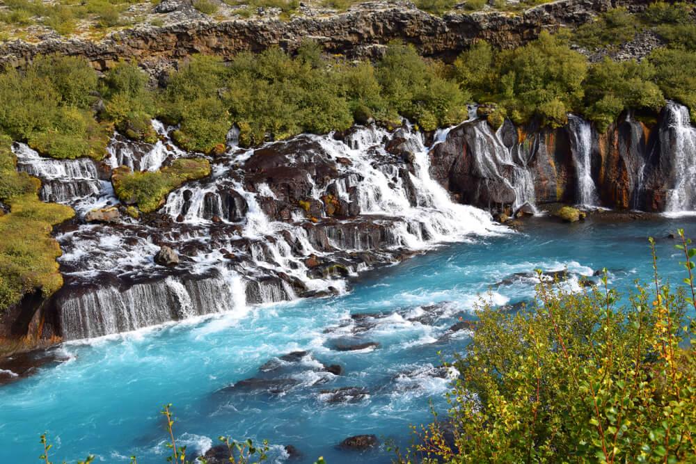 Vista de la cascada Hraunfoss