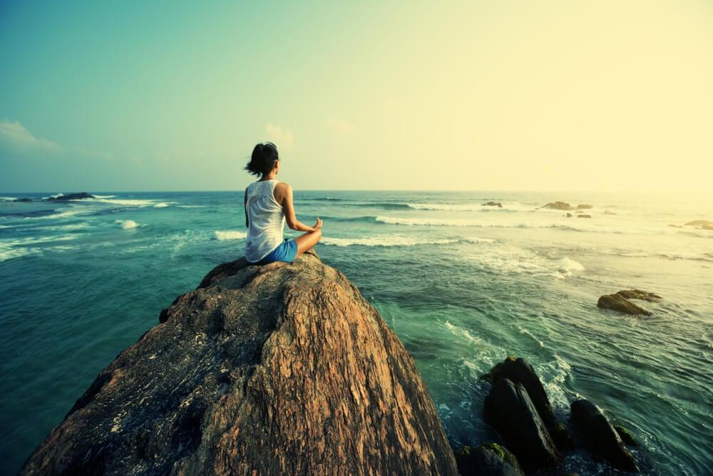 Mujer meditando practicando los consejos del Tao del viajero