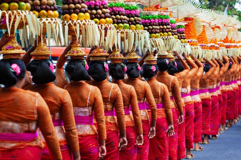 Mujeres balinesas llevando ofrendas