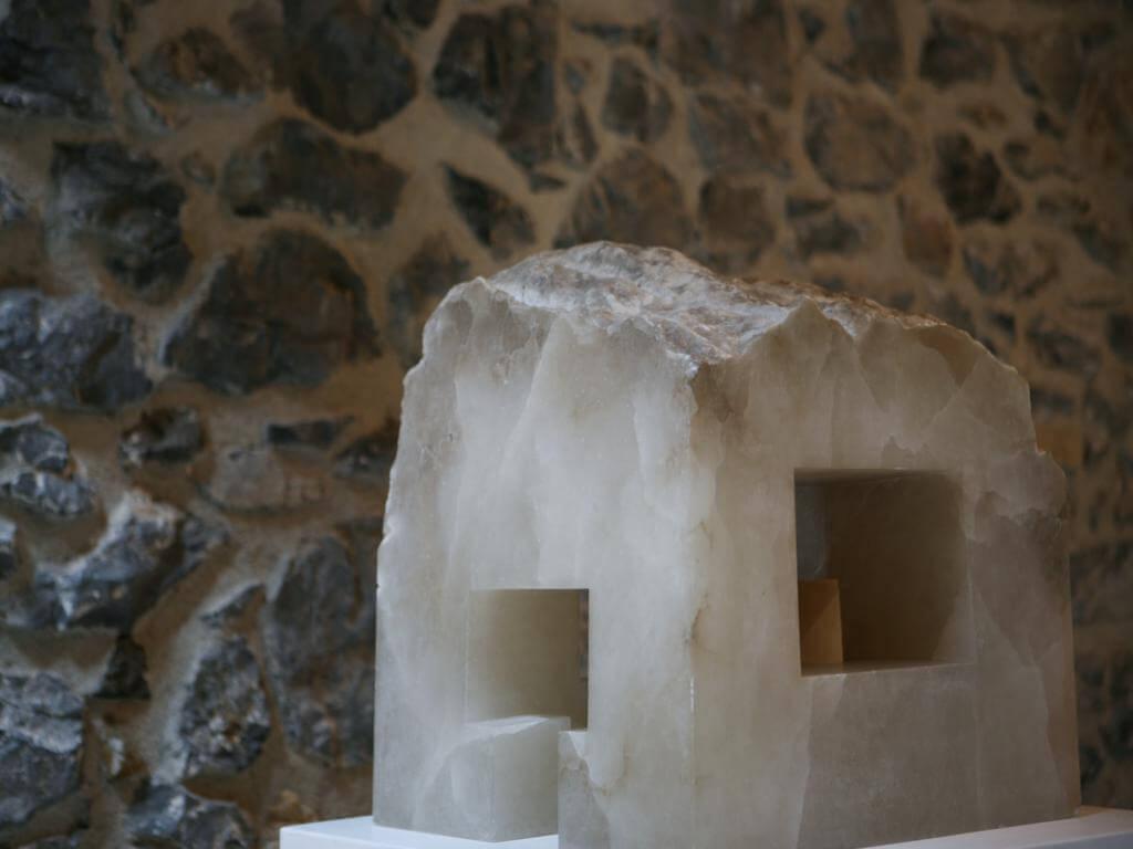 Pieza de alabastro en el Museo Chillida-Leku