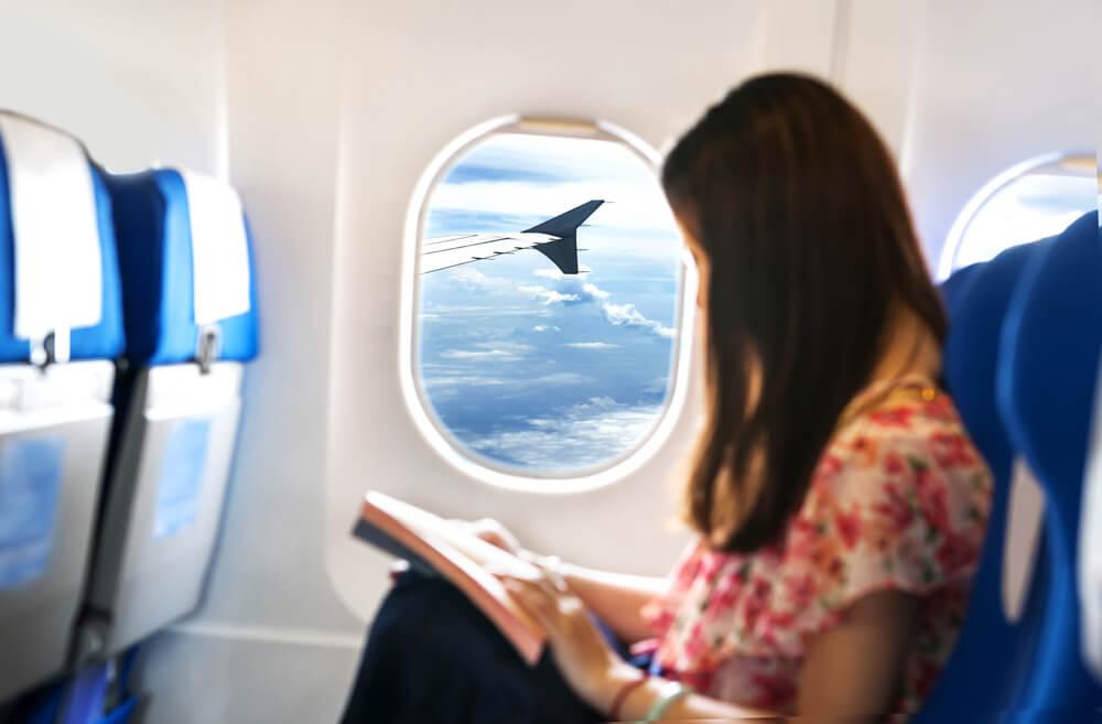 Pasajera leyendo en un avión