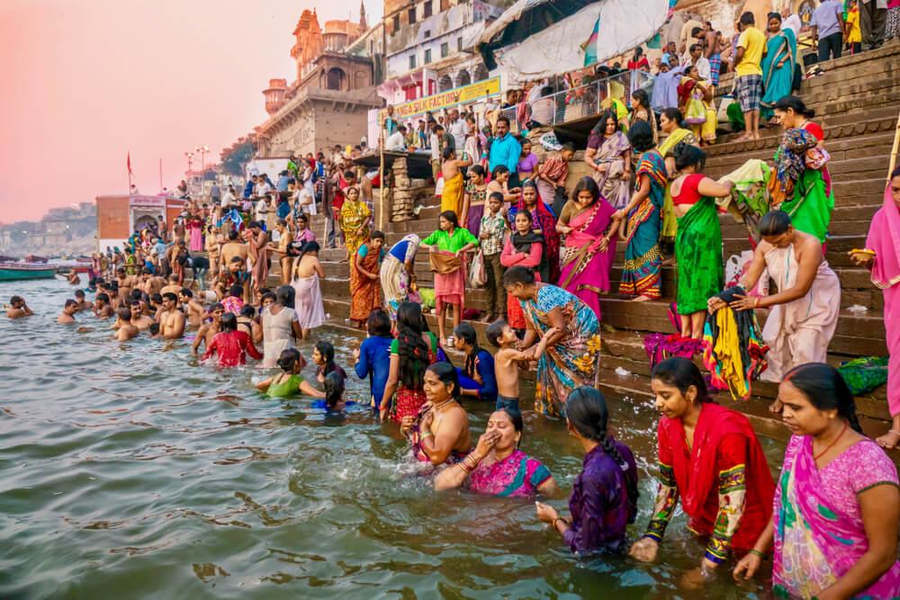 Creyente en Varanasi, una de las grandes peregrinaciones religiosas