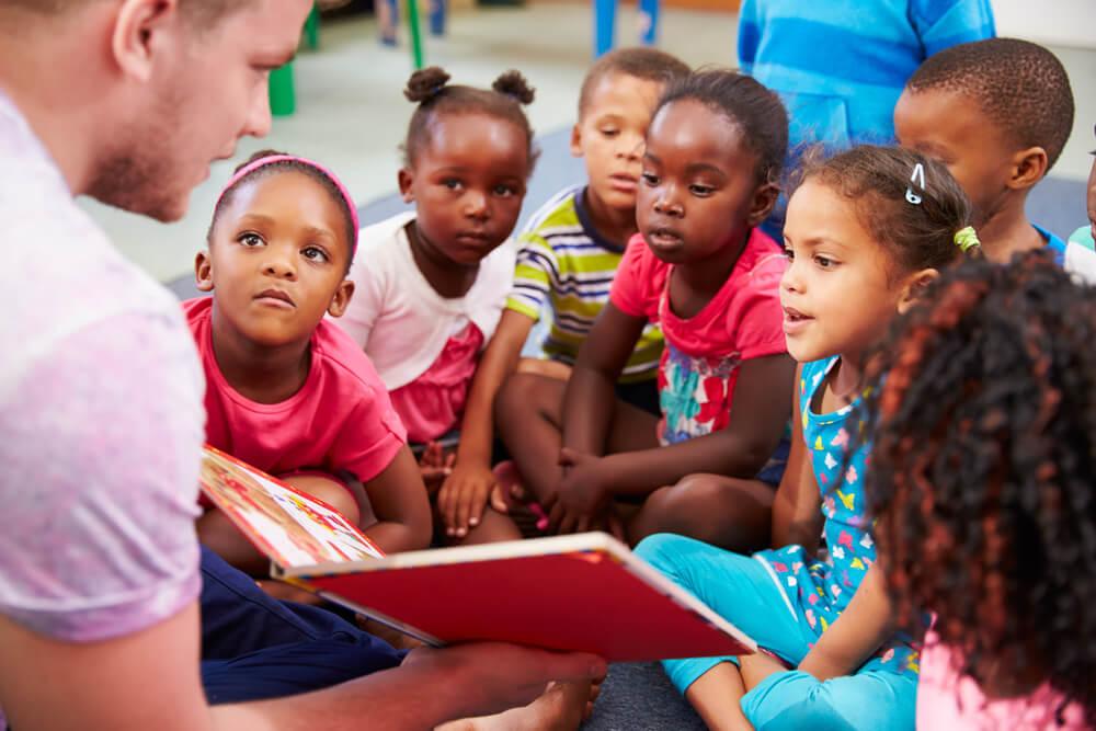 Profesor voluntario en una escuela de África