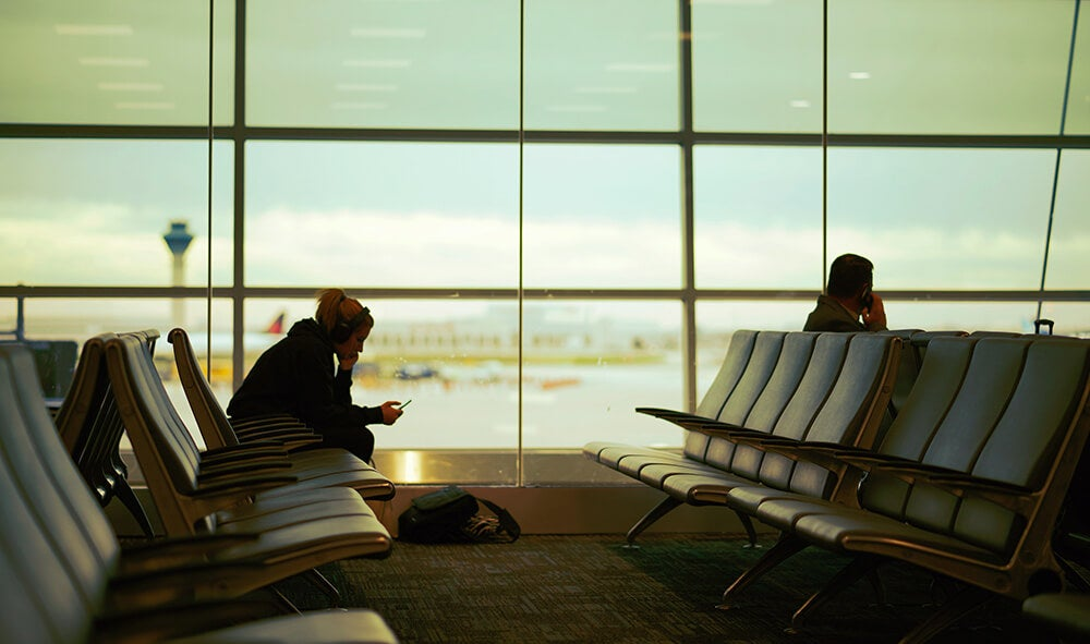 Hombre esperando en el aeropuerto su primer viaje en avión