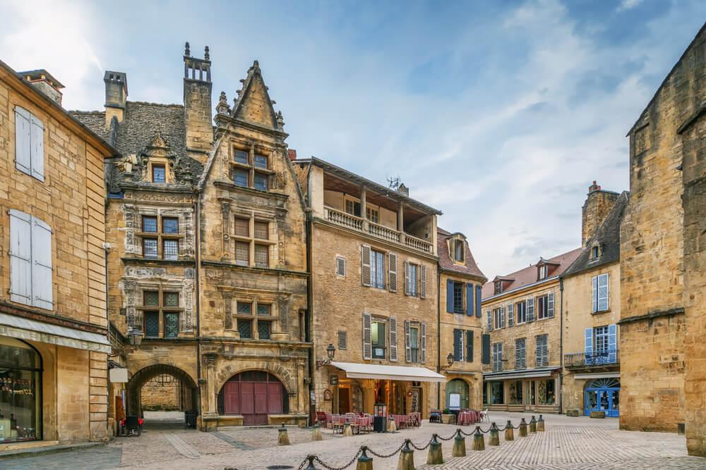 Calle de Sarlat-la-Caneda en la Dordogne