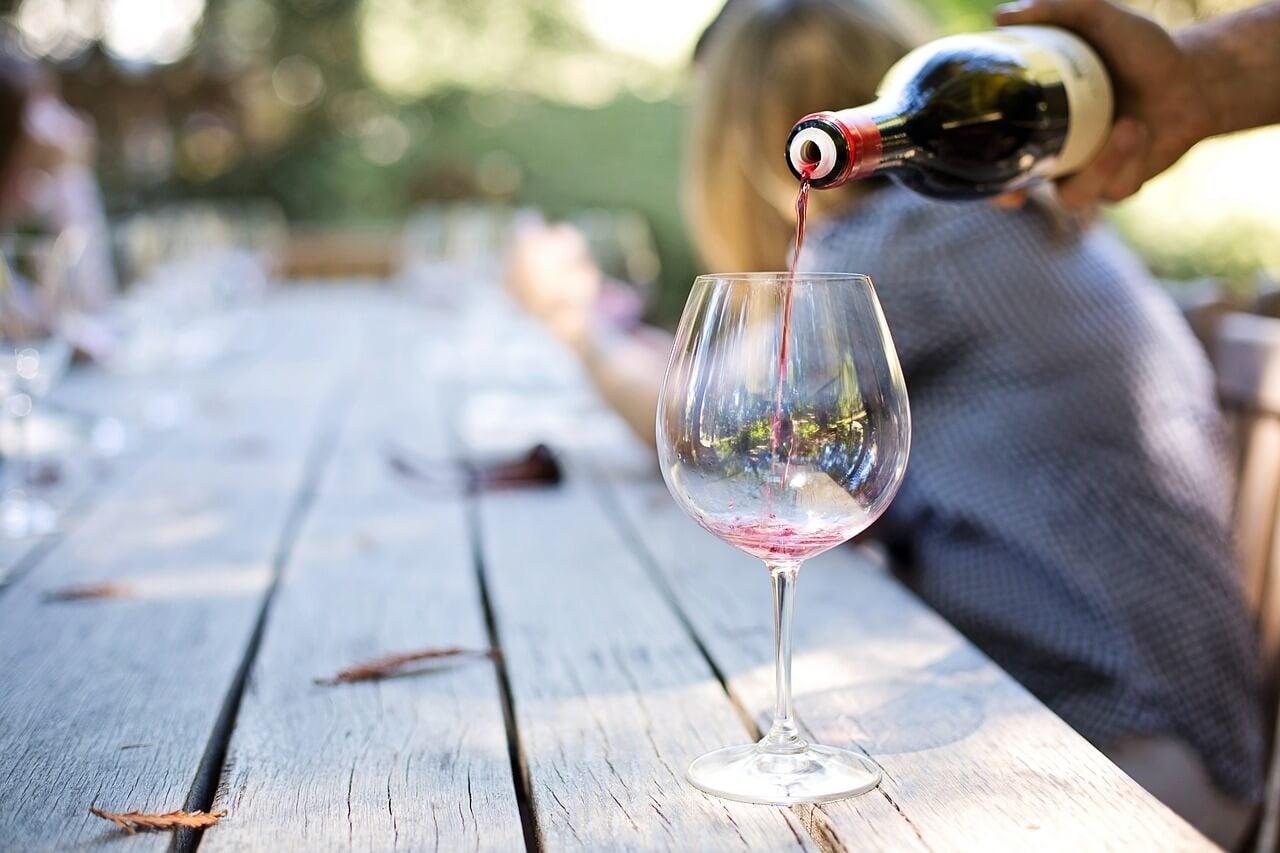 Hombre sirviendo en una degustación de vinos