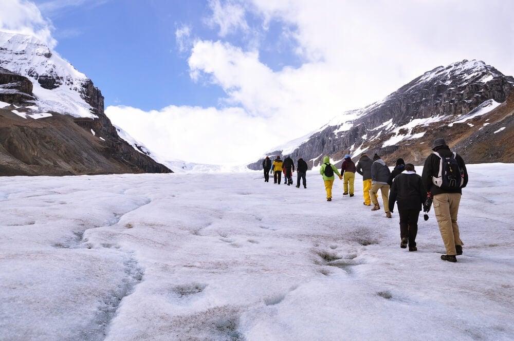 Trekking en el glaciar Athabasca, en las Rocosas