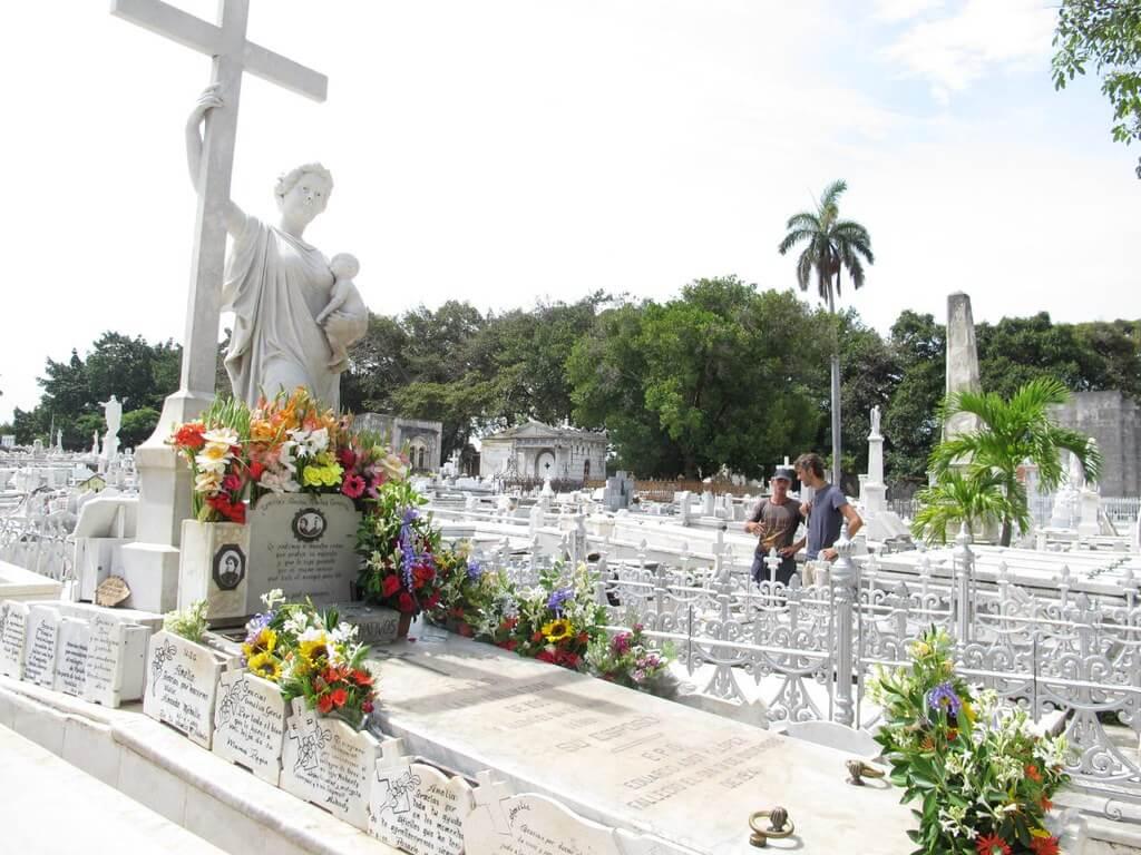 tumba de la Milagrosa, en el cementerio de Colón